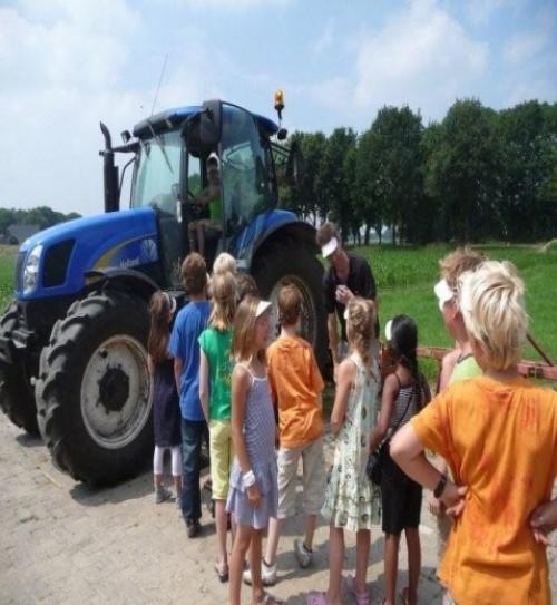 Klas 5b/De Ruif in de rij voor de tractor